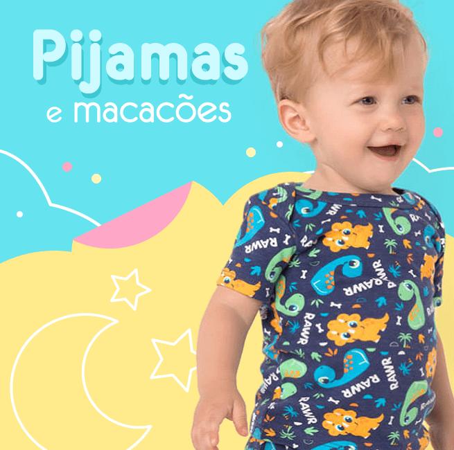 Pijamas e Macacões! Na imagem é apresentado um bebê de 2 anos vestindo um pijama azul com a estampa de vários Dinossauros