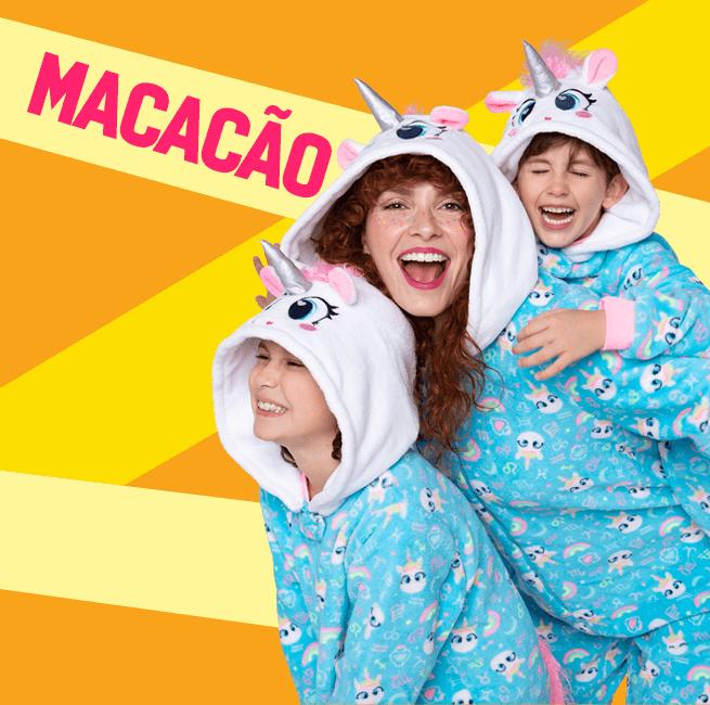 Macacão! Na imagem temos uma família usando um macacão de unicórnio bem quentinho.