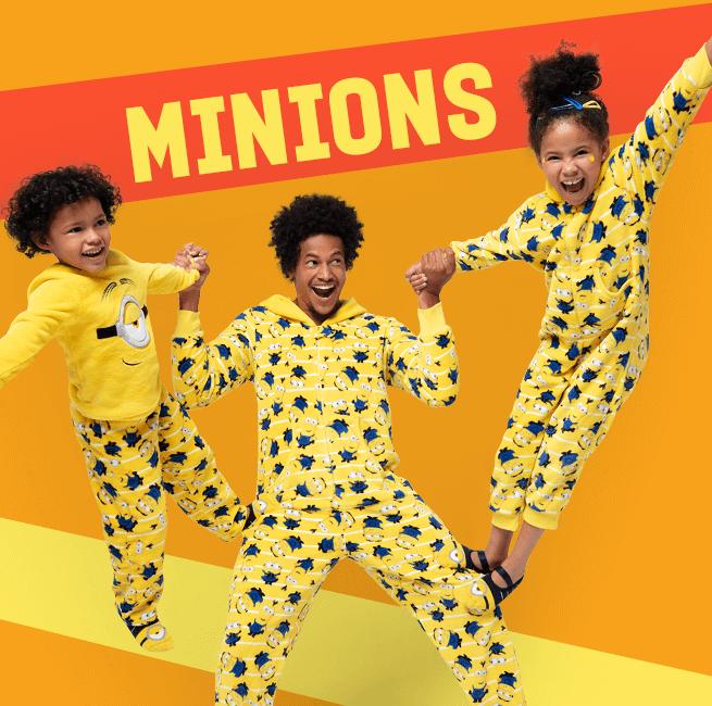 Minions. Na imagem temos uma família usando a coleção de macacões e pijamas amarelos dos minions.
