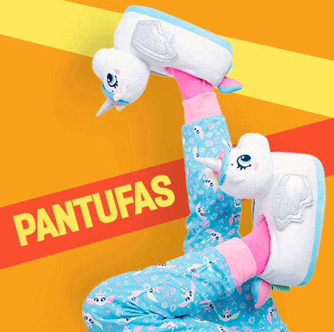 Pantufas. Na imagem temos uma menina de pernas para o ar mostrando a pantuga branca de unicórnio