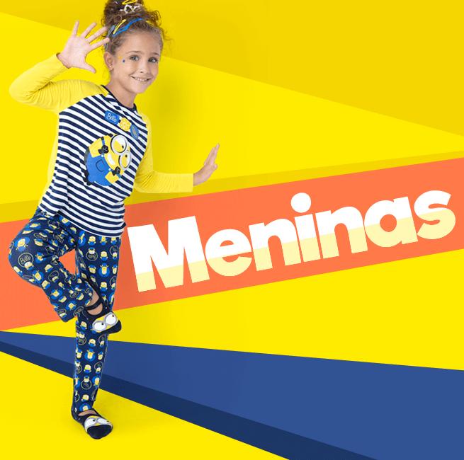 Pijama para Meninas! Na imagem temos uma menina brincando usando um pijama azul listrado da coleção minions.