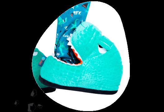 Visão de lateral da Pantufa de Dinossauro que parece que está mordendo o pé